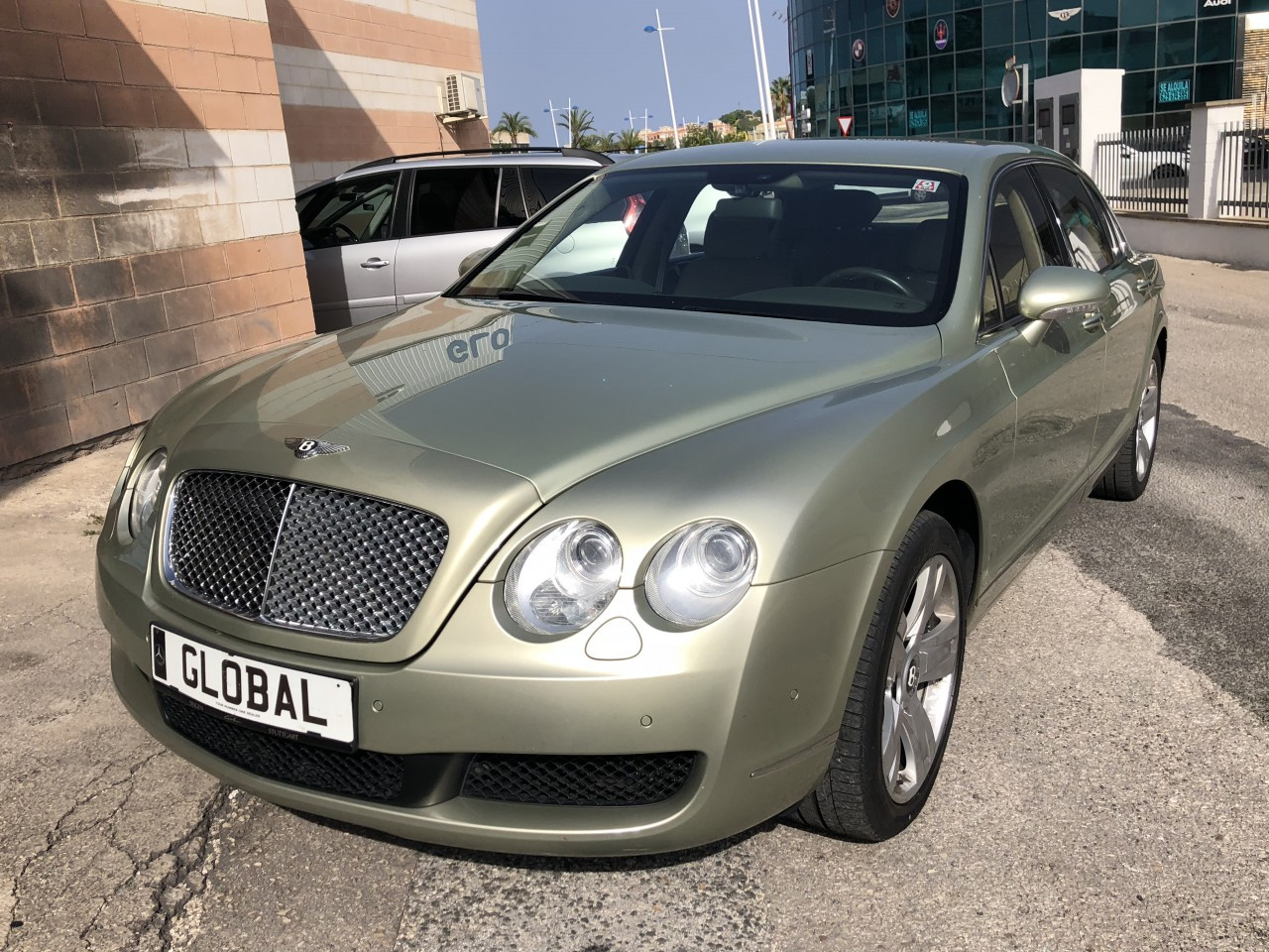 Bentley Continental Flying Spur W-12 4WD Photo